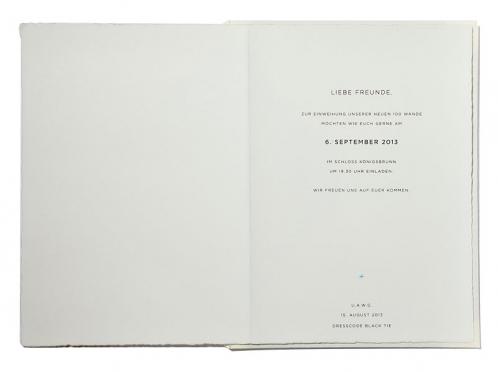 Büttenpapier Einladungskarten in kalligrafischer Schrift und silber geprägtem Diener.