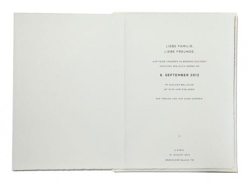 Einladungskarte mit silberner Folienprägung auf Büttenpapier.