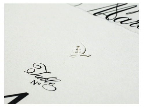 Tischnummer im A6 Format gedruckt auf Büttenpapier mit Blindprägung.