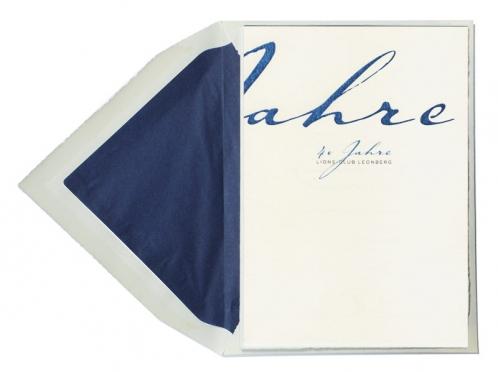Einladungskarte bedruckt auf Büttenpapier mit dunkelblau gefüttertem Umschlag.