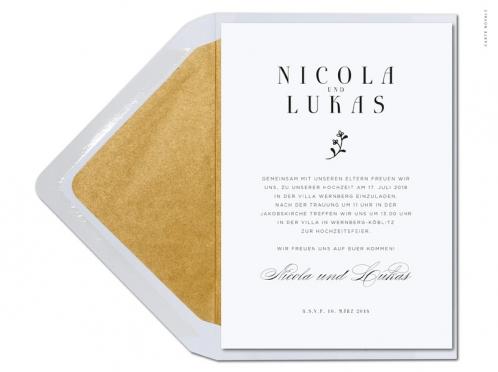Moderne Einladung mit gemalter Blume und gold gefüttertem Briefumschlag.