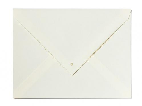 Din A5 Büttenpapier mit goldener Prägung auf der Einladung und Umschlagsspitze.
