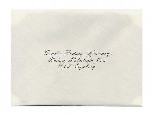 In kalligrafischer Schrift bedruckter Briefumschlag passend zur Einladungskarte.