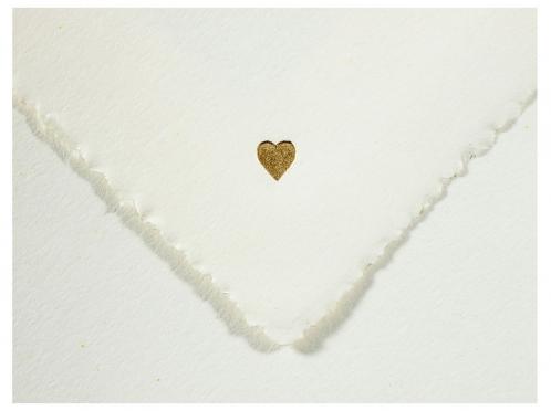 Fühlen Sie die hochwertige Qualität der Hochzeitspapeterie anhand einer Hochzeitskarte als Muster.