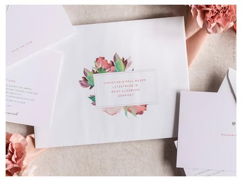 Bedruckte Briefumschläge mit Blumenmuster und Anschrift.