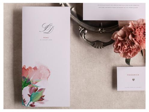 Menükarten mit in Pastellfarben gemalten Blüten gedruckt auf hochwertigem Feinstpapier von GMUND.