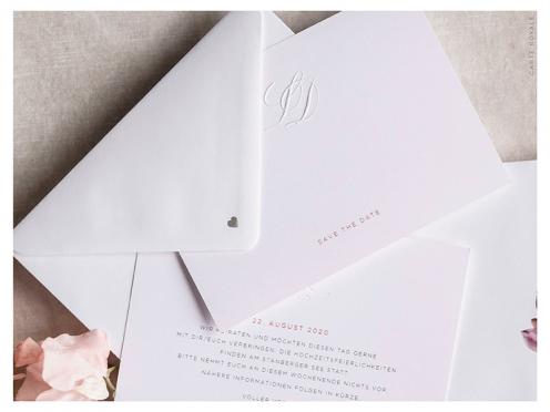 Mit persönlichem Monogramm geprägte Karte, gedruckt auf weißem GMUND Papier. Ein silbernes Herz schmückt die Rückseite des Briefumschlags.