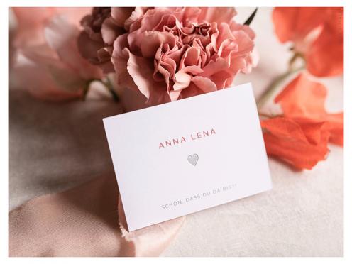 Tischkärtchen mit silber geprägtem Herz gedruckt auf GMUND Papier.