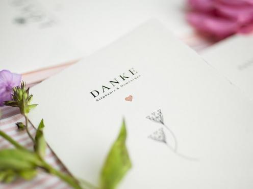 Büttenpapier-Danksagungen mit stilvoll gezeichneten Pusteblumen im Jugendstil Design und goldenem Herz.