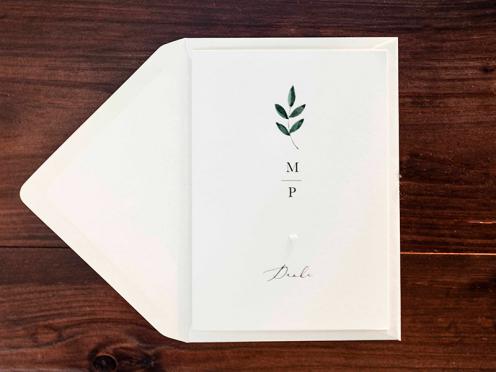 Hochwertige Dankeskarten gedruckt auf cremefarbenem Papier mit gemaltem Ruscuszweig und Prägung.