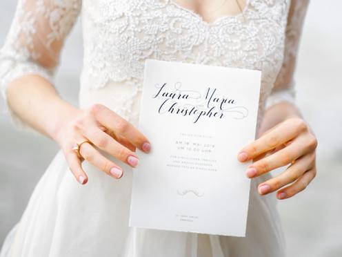 Kalligrafie Hochzeitseinladungen mit goldenem Ornament inklusive Büttenkuvert.