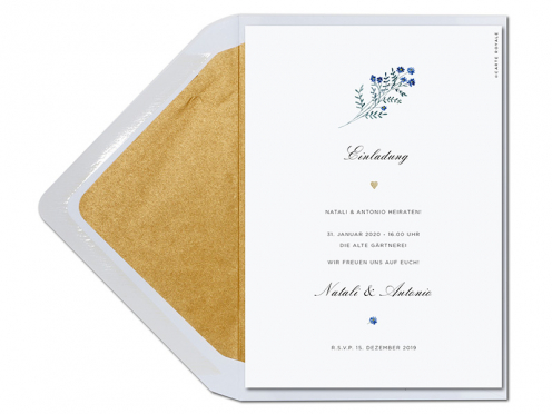 Hochzeitseinladung mit blauen Blüten in Aquarell und gold geprägtem Herz auf GMUND Papier.