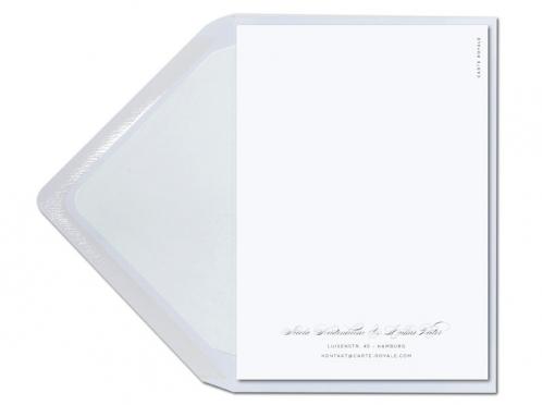Kalligafie Einladungen mit Blume und weiß gefüttertem Briefumschlag.