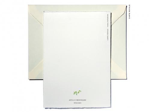 Elegante Hochzeitskarten mit Monogramm und goldenem Herz.