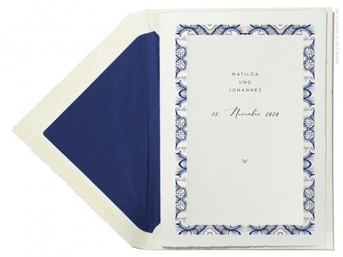Hochzeitseinladung mit dunkelblauem Muster in Aquarell mit Blindprägung.