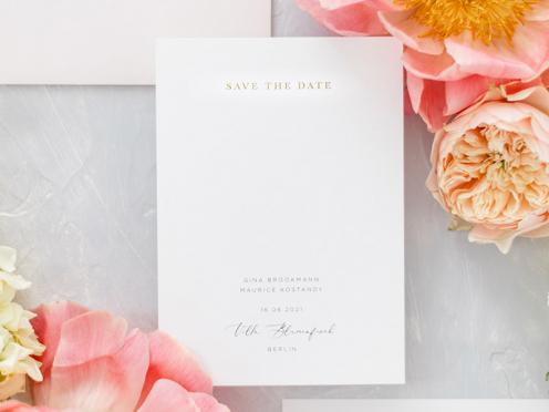 Stilvolle Save-the-Date Karte mit edler Prägung in matt Gold gedruckt auf edlem Papier. Ein Hauch von Luxus.