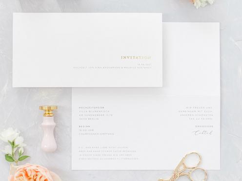 Fine Art Wedding Hochzeitseinladungskarte mit edler Goldprägung, gedruckt auf hochwertigem Papier und pudrig roséfarbenem Briefumschlag.