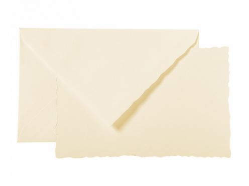 30 hochwertige Karten und Kuverts in einer Geschenkbox verpackt. Die Kanten der Karten und Kuverts sind gewellt und aus feinem Vergé-Papier.