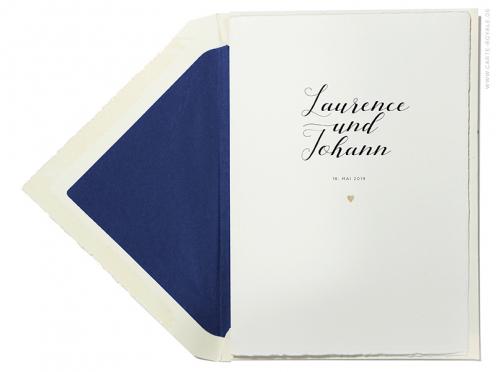 Geprägte Hochzeitskarte mit kalligrafischer Typografie und matt-goldenem Herz.