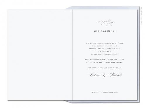 Hochzeitseinladung mit Kranz aus Eukalyptus und silberner Prägung.