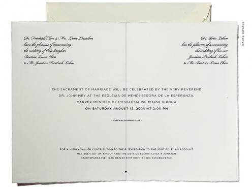 Klassische Einladungskarte in der die Eltern einladen. Eucalyptuskranz mit Goldprägung gedruckt auf Büttenpapier.