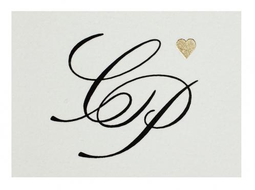 Exklusive Menükarten gedruckt auf feinstem Büttenpapier mit goldenem Herz für eine stilvolle Hochzeitstafel.