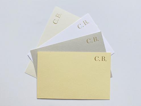 32 Premium Karten mit Gold geprägten Buchstaben (Initialen) und hochwertigen Briefumschläge in 4 Farben: butter, cream, dove & weiß.