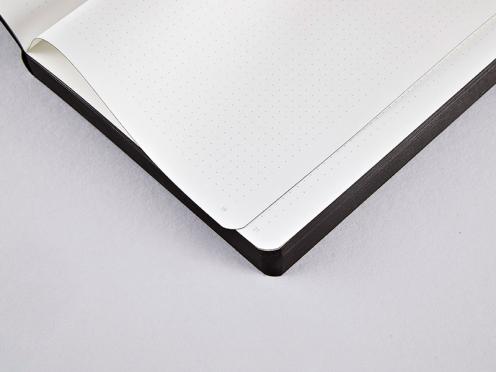 Schwarzes Notizbuch mit Textilband für Stift und Smartphone. Hochwertig verarbeitet mit Fadenheftung und weichem Ledereinband.