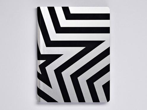 Das Cover Artwork mit seinem silbernen Stern setzt sich auf den Buchkanten fort und wird zu einem dreidimensionalen Designobjekt.