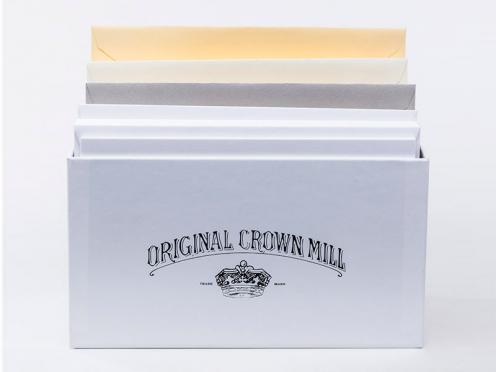 Hochwertige Original Crown Mill Korrespondenzkarten für persönliche Grüße oder Einladungen in 4 Farben. Die Karten sind in einer hochwerigen Geschenkbox verpackt.