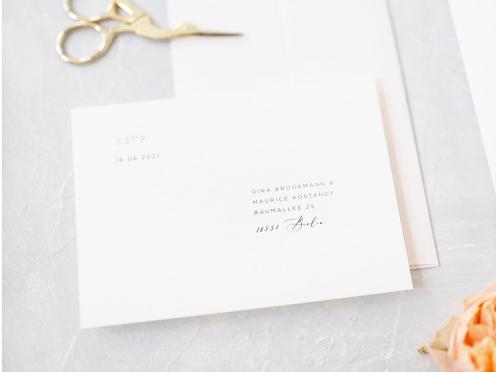 Papeterie aus einem Guss. Die RSVP als Postkarte mit 2-fach goldener Prägung passt perfekt zu Ihrer Fine-Art-Wedding Einladung.