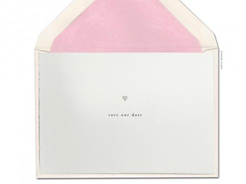 Beidseitg bedruckte Büttenpapier Save-the-Date Karte zur Hochzeit mit kleinen silbernen Herzen.