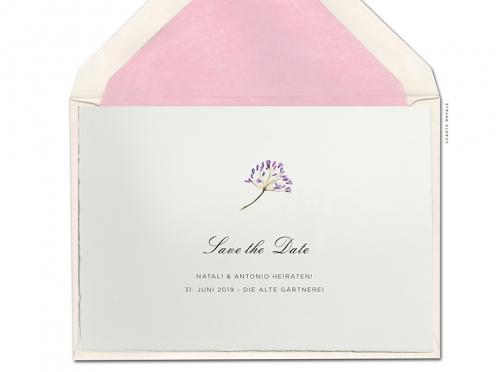 Save-the-Daten-Karten mit gemalter Blume in zartem Aquarell gedruckt auf Büttenpapier.