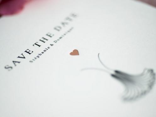 Save-the-Date Karten mit stilisierter Pusteblume gedruckt auf Büttenpapier mit goldenem Herz.