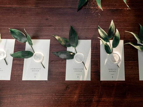 Personalisierte Tischkarten oder Escord Cards im Ruscus Design.