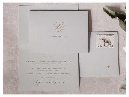 Verlobungskarte mit Goldprägung der Initialen. Gedruckt auf Feinstpapier in grau mit matter Oberflächenstruktur.