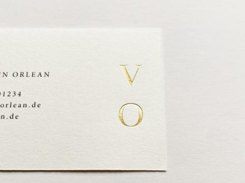 Ein Paket besteht aus 50 Visitenkarten Gedruckt und in Gold geprägte Visitenkarten in hochwertiger Qualität für exklusive Ansprüche. Inklusive Design, Satzarbeiten und Prägung Ihrer Initialen.