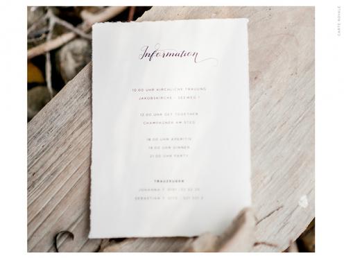 Alle wichtigen Details zum Hochzeitstag als Einleger passend zur Kalligrafie Hochzeitseinladung.