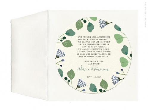 Einladungen als Bierdeckel mit gemalten Blättern und Blumen und Büttenumschlag.