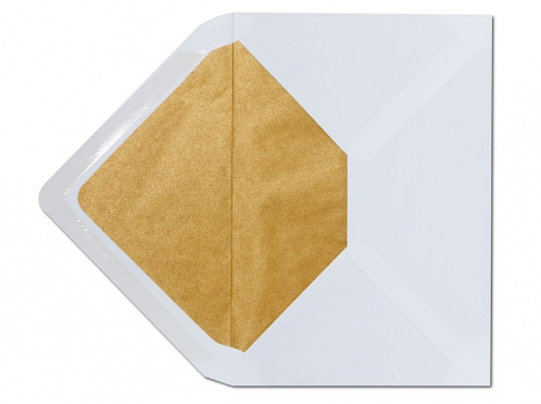 Weißer C5 Briefumschlag mit matt-goldenem Seidenpapier gefüttert.