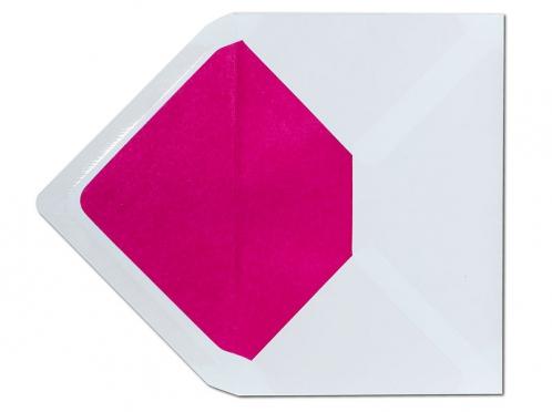 Weißer C6 Briefumschlag mit einem Innenfutter in kräftigem pink.
