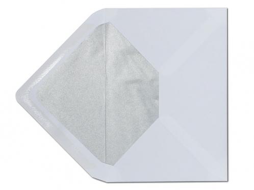 Weißer C5 Briefumschlag mit matt-silbernem Seidenpapier gefüttert.