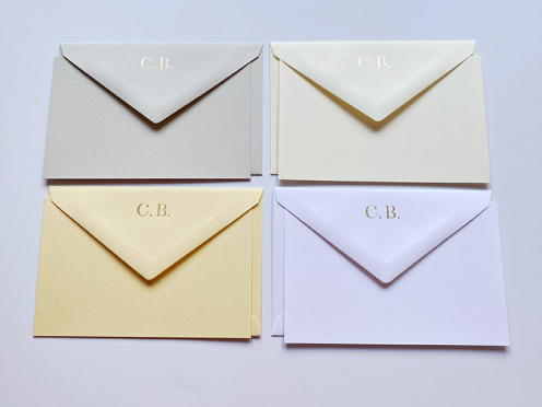 Für besondere Post. Ihre Briefumschläge mit Ihren in Gold geprägten Initialen. 32 hochwertige Karten & Kuverts von Crown Mill  in 4 verschiedenen Farben.