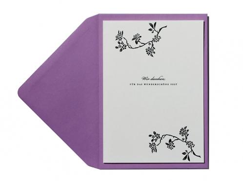Danksagungskarten zur Hochzeit mit lila Briefumschlag und Textvorschlag.