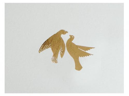 Hochzeitseinladung mit gold geprägtem Taubenpaar.