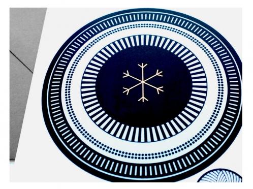 Grafische Schneeflocke mit gold geprägtem Eiskristall. Gedruckt auf weißem Feinstpapier und edlem Briefumschlag in Dunkelgrau.