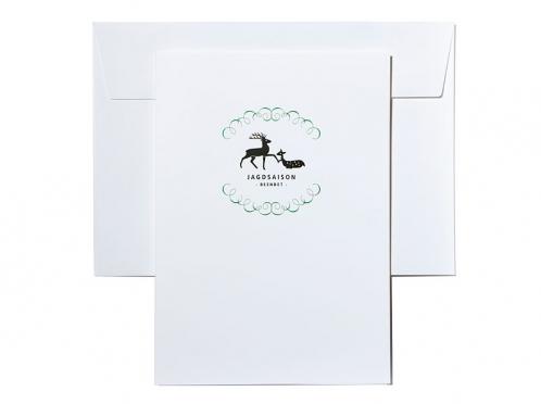 Einladungskarten mit Jagdmotiv und violetter Schleife.