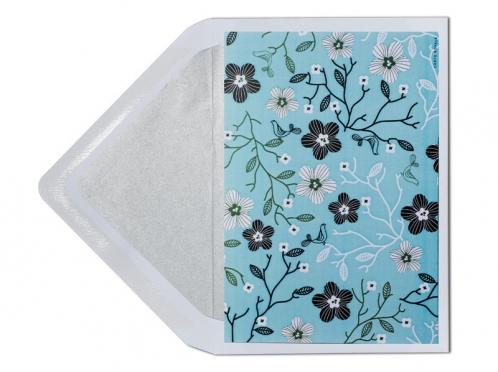 Einladungskarte mit Blumenmuster und silber gefüttertem Briefumschlag in C6.