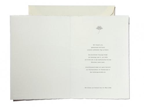 Einladungen mit illustrierter Pusteblume und goldener Prägung auf Büttenpapier.