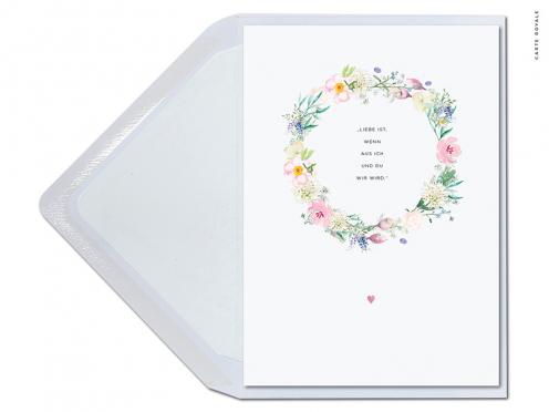 Premium Hochzeitseinladung mit Blütenkranz in pastell gedruckt auf GMUND Feinstpapier.